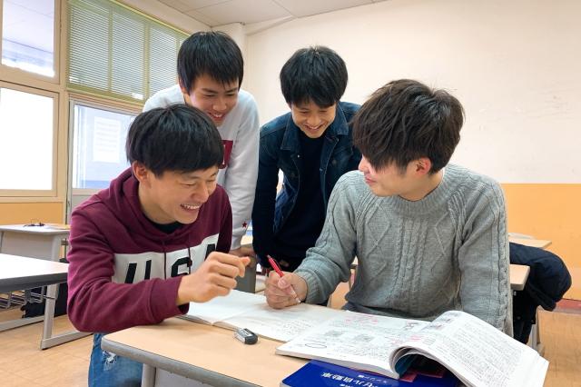 北自大6つの特色|勉強が苦手でも大丈夫!一人ひとりに寄り添い、「できるようになるまで」サポート!整備士国家試験合格率 毎年ほぼ100%